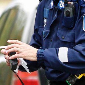 Poliisi puhalluttamassa autoilijaa
