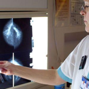 Sairaanhoitaja tutkii röntgenkuvia