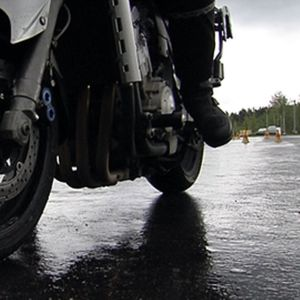 Moottoripyörän rengas ja jarrulevyt lähikuvassa