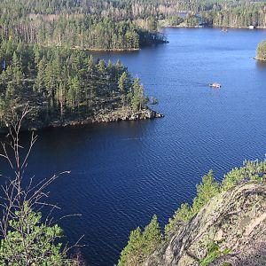 Rantakallio ja vesistömaisemaa Repoveden kansallispuistosta.