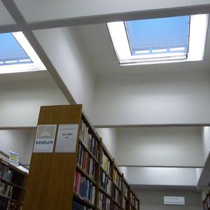 Kouvolan maakuntakirjaston kattoikkunat on remontoitu.