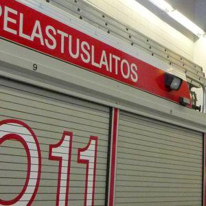 Kymenlaakson pelastuslaitoksella paloauto ja palomiehiä