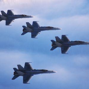 Neljä Hornet-hävittäjää lentää muodostelmassa