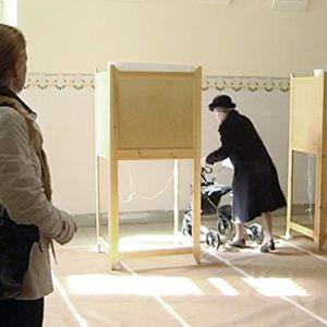 Vanhus äänestämässä.