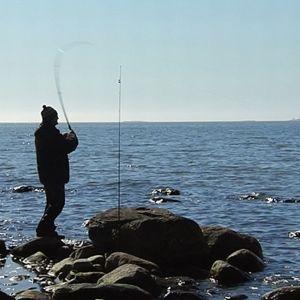 Mies kalastamassa.