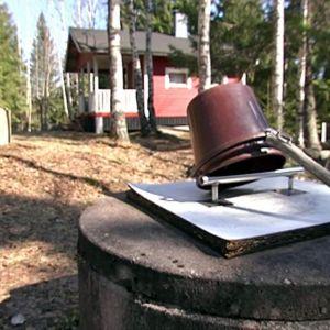 Runsaslumisen talven jälkeen pihakaivokin on taas käytössä kesämökillä.