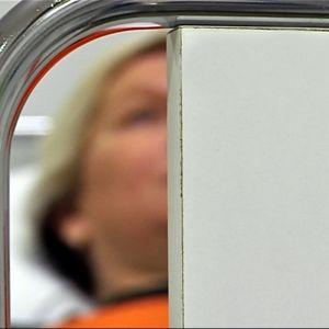 Sairaalasänky ja naisen kasvot.