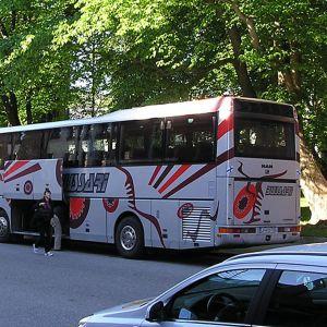 Kuvassa turistibussi Kokkolan keskustassa