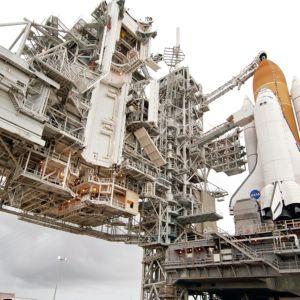 Avaruussukkula Atlantis lähtöalustallaan Floridan Cape Canaveralissa.