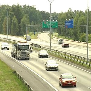 Autoja liikenteessä Oulussa, Pohjantiellä.