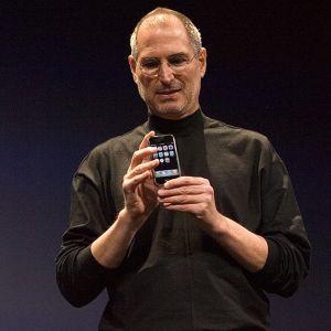 Steve Jobs esittelee uutta iPhonea Macworld Expo -messuilla San Franciscossa.