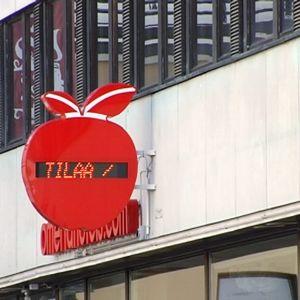 Helsingin Omena-hotellin julkisivu ja omenanmuotoinen näyttötaulu, josta näkee, onko hotellissa tilaa.
