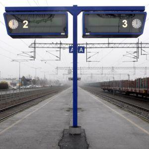 Kellotaulut Kokkolan rautatieasemalla.