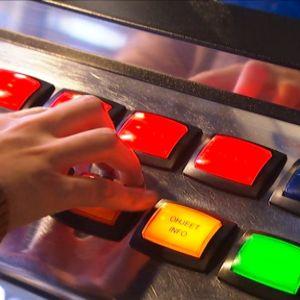 Rahapeliautomaattia pelataan.