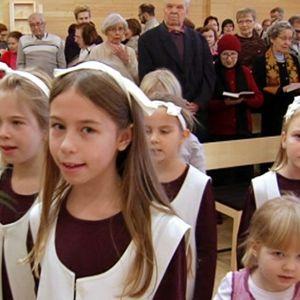 Lapset kirkossa palmunlehvät käsissään.