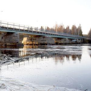 Kuvassa Perhonjoen ylittävä Rödsön silta sekä syksyiset tulvavedet.