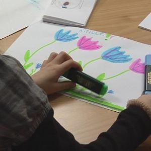 Lapsi piirtämässä.
