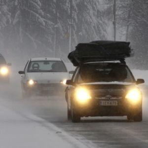 Autojonoa lumisateessa valtatie 6:lla
