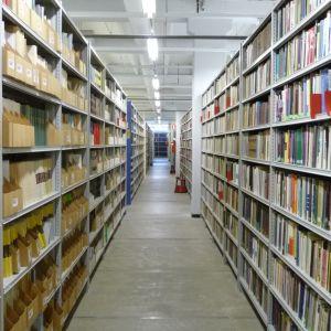 Täysiä kirjahyllyjä varastokirjastossa Kuopiossa