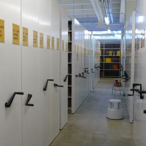 Kirjahyllyjä varastokirjastossa Kuopiossa