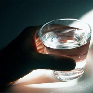 Vesilasi kädessä