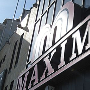 Kuvassa Maxim-kauppakeskuksen sisäänkäynnin päällä oleva mainosvalo.