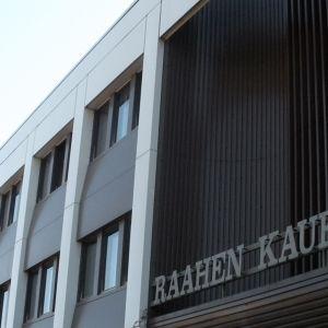 Raahen kaupungin virastotalo Rautatalo lähikuvassa.