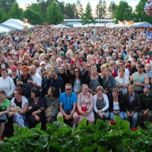 Suonenjoen Mansikkakarnevaalien yleisöä kesällä 2009.
