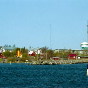 Kuvassa Tankarin saari mereltä nähtynä Vasemmalla majakka, oikealla entinen luotsiaseman vartiotorni.