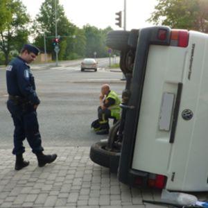 Kyljelleen kaatunut pakettiauto risteyksessä
