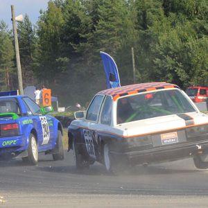 Kuvassa kilpailijoita radalla Kauhajoen Sambacrossissa 2010. Televisiokuvaaja seuraa kilpailijoita kamerallaan.