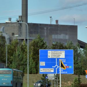 Näkymä Satamatieltä Kokkolan suurteollisuusalueelle.
