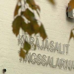 Kuvassa puunlehtien takaa näkyy Kokkolan virastotalon seinä jossa lukee käräjäsalit