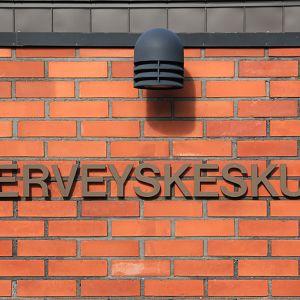 Kuvassa Toholammin terveyskeskuksen punatiiilinen seinä, jossa teksti Terveyskeskus.