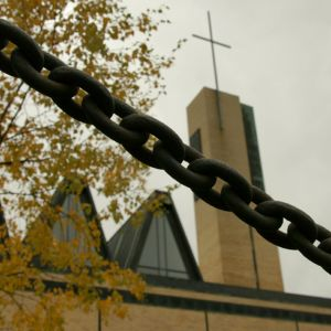 Kuvassa taustalla Kokkolan kirkko kettingin takaa kuvattuna