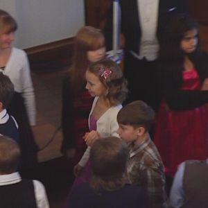 Lapset tanssivat poloneesia