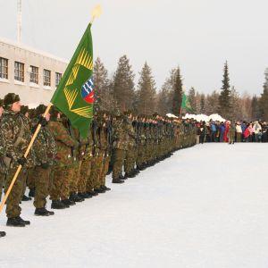Jääkäriprikaatin komentaja eversti Mauri Koskela tarkastaa joukot.