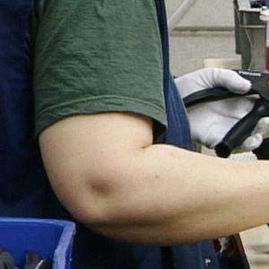Työntekijä valmistaa puutarhatyökaluja.