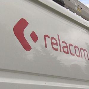 Relacom-yhtiön pakettiauton kyljessä on yhtiön punainen logo ja nimi.
