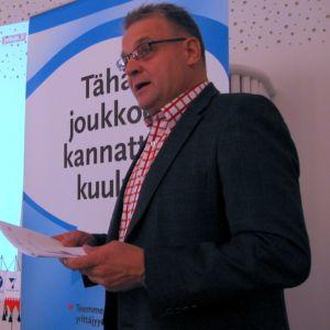 Pohjois-Karjalan Yrittäjien toimitusjohtaja Matti Vuojärvi esitteli yritysbarometrin tuloksia.