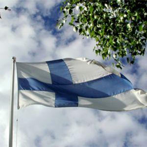 Lippu liehuu salossa juhannuksena.