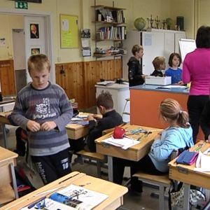 Nopankylän koulun oppilaat askartelutunnilla.