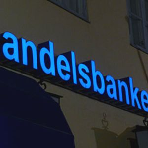 Handelsbankenin valokirjaimet seinässä.