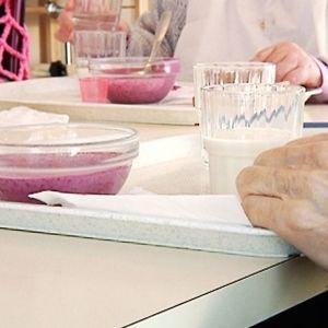 Vanhuksia ruokailemassa vanhainkodissa.