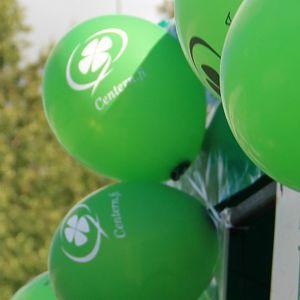 Ilmapalloja, joissa on keskustan logo.