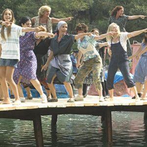 Meryl Streep ja kymmenet muut naiset tanssivat laiturilla kreikkalaissaarella.