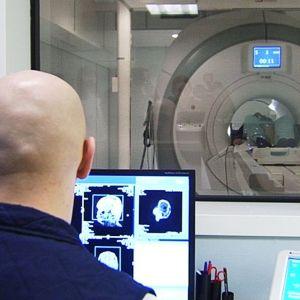 Hoitaja seuraa monitoreja potilaan ollessa röntgenissä.