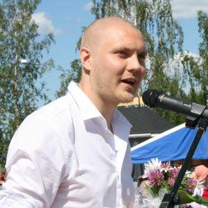 Runoilija Harry Salmenniemi Sysmän Kirjakyläpäivillä 2012.