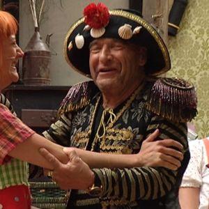 Vartiovuoren kesäteatterin esitys. Lavalla Peppi Pitkätossu joka halaa isäänsä näyttelevää Remu Aaltosta.