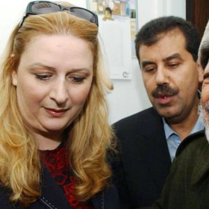 Jasser Arafat (oik.) kuvattuna vaimonsa Suha Arafatin kanssa Ramallahissa vuonna 2004.